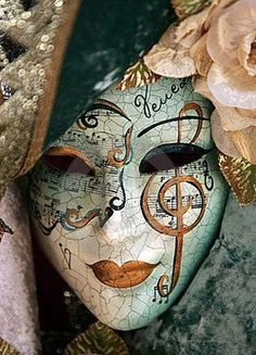 [Masque] A luxurious venetian mask with gold details. Beautiful and mysterious. Would look amazing in masquerade Venetian Carnival Masks, Carnival Of Venice, Venetian Masquerade, Masquerade Party, Masquerade Masks, Carnival Dress, Diy Carnival, Carnival Makeup, Carnival Rides