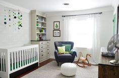 chambre bébé fille fauteuil avec repose-pieds et lit