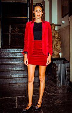 Street style look com conjuntinho vermelho blazer e saia mais sapatilha.