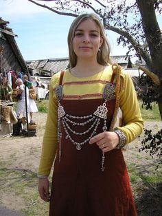 bröstspännen med kedjehållare a la vikinga tid  Inte varje dag man hittar sig själv på pinterest! :)