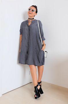 Carol Burgo veste look do dia básico, simples, minimalista, com camisa listrada da Zara, bolsa branca C&A, sandália preta tratorada em couro da Arezzo e óculos espelhado branco e prateado da Zara.