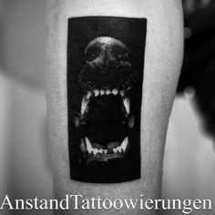 Tatuaje de un perro ladrando situado en el muslo derecho.