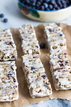 Blueberry Vanilla Greek Yogurt Granola Bars: Use any dried fruits you want (blueberries, cherries, cranberries) for these, but the real magic is in the vanilla-greek yogurt coating. For more healthy granola bar recipes, click through! Healthy Granola Bars, Healthy Bars, Healthy Sweets, Healthy Baking, Healthy Snacks, Eat Healthy, Easy Snacks, Healthy Recipes, Healthy Cereal Bars