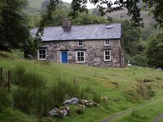 This is Bron-Yr-Aur, a privately owned cottage near Machynlleth in South Snowdonia, Wales. Jimmy Page and Robert Plant retired to the cottage in 1970 to write many of the tracks that appeared on Led Zeppelin's and albums. Jimmy Page, Robert Plant, Led Zeppelin, Cabana, Welsh Cottage, Farm Cottage, Cozy Cottage, John Paul Jones, Snowdonia