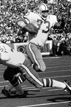 83180b50074 Duane Thomas (33) of the Cowboys running hard in Super Bowl VI. Dallas