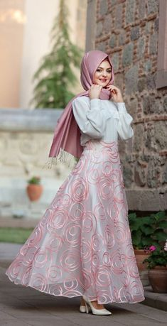 Rok & blus Stylish Dress Designs, Stylish Dresses, Abaya Fashion, Fashion Dresses, Muslimah Wedding Dress, Dress Muslimah, Hijabi Gowns, Hijab Evening Dress, Modele Hijab