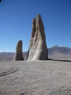 La Mano del Desierto es una escultura ubicada en el desierto de Atacama, a 75 km al sur de la ciudad de Antofagasta, Chile, a un costado de la Ruta CH-5. Fue construida por el escultor chileno Mario Irarrázabal, a 1.100 msnm. La escultura, construida a base de hormigón armado, posee una altura de 11 m. Fue inaugurada el 28 de marzo de 1992