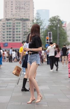 Women With Beautiful Legs, Beautiful Chinese Girl, Farm Fashion, Lennon And Mccartney, Sexy Skirt, Nice Legs, Sexy Feet, Asian Beauty, Womens Fashion