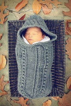 A crochet cocoon pattern will surely look super cute on your babies. Besides looking extra adorable, a crochet cocoon is also very functional. It is going to make your baby really warm and comfortable. Crochet Baby Cocoon, Crochet Bebe, Baby Cocoon Pattern, Baby Cacoon Crochet Pattern, Crochet Cozy, Kids Crochet, Knitted Baby, Baby Kind, Baby Love