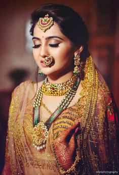 Indian bride in traditional gold wedding jewellery. wedding jewellery Indian Bride In Traditional Gold Wedding Jewellery Indian Wedding Makeup, Indian Wedding Bride, Indian Wedding Outfits, Bridal Outfits, Indian Makeup, Gold Wedding, Arabic Makeup, Wedding Wear, Indian Outfits