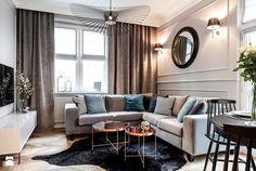 Красивый дизайн гостиной со шкурой на полу и модульным столиком
