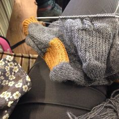 Tellement pressée de finir que j'ai oublié de faire le talon en moutarde. Comme l'a dit @flo_lzdr  ça sera pratique pour différencier le pied gauche du droit. #laflemmededéfaire #surtoutlaflemmederecommencer #cestlongletalon #knit #knittersofinstagram #tricot #knitting #socks by lesptiteschoses