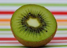 5 razones de peso para comer un kiwi al día A todos nos gusta disfrutar de buena salud, sentirnos bien por dentro y llenos de energía. Y es que te sorprenderá saber que,una pequeña fruta llamada Kiwi puede llegar a tener unos efectos tan increíbles en todo nuestro organismo que merece la pena conocer sus beneficios.