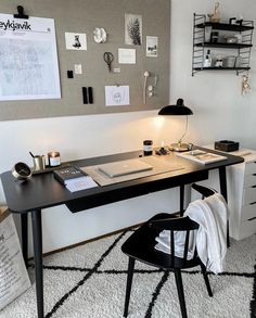 Black desk: 60 templates to personalize the home office - ChecoPie Home Office Table, Home Office Setup, Office Ideas, Ikea Home Office, Apartment Office, Office Inspo, Desk Ideas, Study Room Decor, Room Decor Bedroom