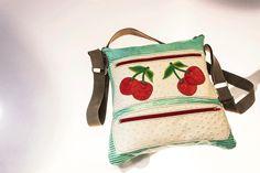 Bolso modelo Pluma cerezas, ideal para llevar tus cuadernos, carpetas o portátiles.
