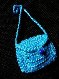 Accessori per Barbie, borsetta colore azzurro e cinturina con perline blue e bianche, tutto fatto a mano all'uncinetto. di DrittoRovescio su Etsy