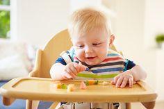 🔹СОЗДАНИЕ РЕЧЕВОЙ СРЕДЫ.🔹    С ребенком с самого маленького возраста необходимо постоянно говорить, многократно проговаривая все обычные ситуации (одевание и раздевание, умывание, купание, еда, прогулка, подготовка ко сну, раскладывание игрушек по местам, приготовление еды, уборка со стола, мытье посуды и др.). Такую же работу следует проводить во время игр с игрушками и картинками, при чтении книжек, просмотра мультфильмов).    При этом взрослый часто обращается к ребенку, задает вопросы…