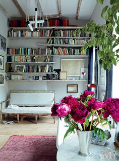 Its like a library/sitting room with a bathtub in it, says Brooks. The hanging light is by Gerrit Rietveld. The bench is Swedish and the curtains are made of indigo-dyed Japanese mosquito interior design ideas design de casas Attic Renovation, Attic Remodel, Eclectic Style, Eclectic Decor, Miranda Brooks, Brooklyn House, Brooklyn Brownstone, Brooklyn Apartment, Townhouse Designs
