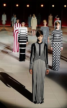 A hard TREND INSPIRATION, with Geometric Proposal on the runway by Marc Jacobs Spring 2013. We can take something, as the powerful b/w striped look, also the hair and make to get a more trendy look added to our own style.
