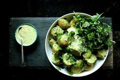 ensalada de patatas con salsa de tahini verde