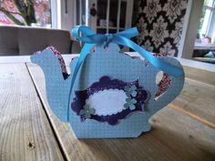 Verpackung in Form einer Teekanne mit der Silhouette Cameo geschnitten, verziert mit Everything Eleanor und Eine Tasse