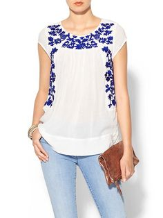 Pair this embroidered peasant top with a pair of cutoffs for a easy summer look. Casual Outfits, Cute Outfits, Fashion Outfits, Blouse Styles, Blouse Designs, Mexican Fashion, Mode Boho, Mexican Dresses, Spring Outfits