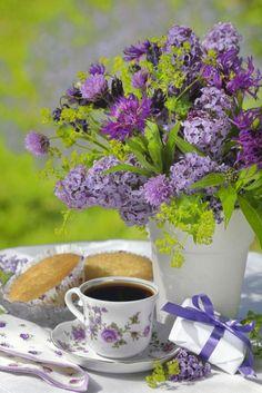 Café et bouquet de fleurs Flower Bouquet Good Morning Coffee, Coffee Break, Coffee Time, Tea Time, Gif Café, Tee Kunst, Café Chocolate, Coffee Photography, Tea Art