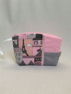 Rózsaszín, párizs motívummal készült Monimi neszesszer. Vidám darab!