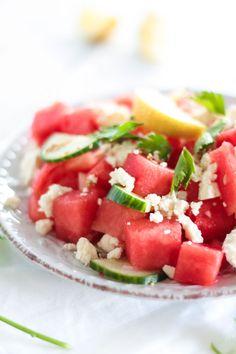 Erfrischender vegetarischer Melonen Feta Salat mit Gurke und Sesam sorgt für ein leichtes und gesundes Essen bei hohen Temperaturen!