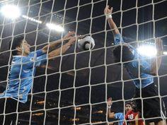 Quando um atacante vira goleiro, quando um jogador vira um herói ! Luis Suárez