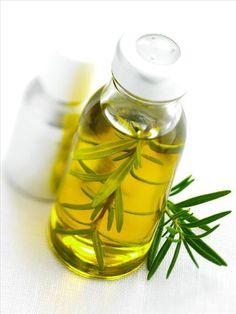 Des cheveux doux et plus foncés avec l'huile de romarin.  Le romarin est un arbuste d'origine méditerranéenne, connu pour ses propriétés revitalisantes et antiseptiques, qui stimulent les cheveux dès la racine, évitant leur chute et favorisant leur pousse. Le romarin stimule la circulation sanguine et permet aux cheveux d'être sains et brillants, en plus d'être un excellent agent obscurcissant, idéal pour approfondir les cheveux châtains ou bruns et pour dissimuler les cheveux blancs.