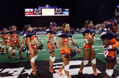 米国で下着姿の女性がアメリカンフットボールをする「ランジェリーフットボールリーグ(Lingerie Football League、LFL)」が4日に開幕し、イリノイ(Illinois)州ホフマン・エステーツ(Hoffman Estates)でシカゴ・ブリス(Chicago Bliss)対マイアミ・カリエンテ(Miami Caliente)の開幕戦が行われた。LFLには10チームで構成され、試合は7対7で行われる。写真はマイアミに勝利しフィールドを去るシカゴの選手(2009年9月4日撮影)。(c)AFP/Getty Images/Scott Olson