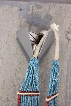 regardsetmaisons: Avec Ceci, ma porte et mes colliers