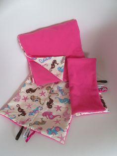 Ensemble couverture et 2 doudous pour bébé. En polaire rose et tissu coton imprimé hippocampes.