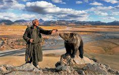 Wilde paarden, beren, adelaars en wolven zijn een aantal van de dieren die in deze regio leven, maar de stam heeft een onbreekbare band gesmeed met de rendieren die er leven. De Dukha-stam temt de rendieren tot ze volgzaam en vriendelijk zijn. - http://www.curioctopus.nl/read/6087/prachtige-foto-s-van-een-stam-die-in-harmonie-samenleven-met-rendieren
