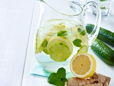 Ingwer-Gurken-Zitronen Wasser  So wirkt's Die effektive Wirkstoffkombi aus Ingwer, Gurke, Minze und Zitrone entschlackt , regt die Fettverbrennung an und sorgt für einen flachen Bauch. Das Schlankwasser über drei Diättage verteilt - je ein Glas vor den Mahlzeiten - trinken.So geht's Am Vortag eine mittelgroße geschälte Salatgurke, ein daumengroßes Stück Ingwer und eine Bio-Zitrone in hauchdünne Scheiben schneiden. Mit einer Handvoll Minzblättern und zwei Litern stillem Wasser in eine große…