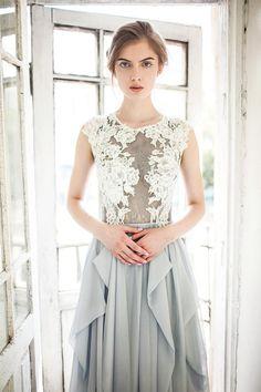 Cest la belle bleu-gris robe de mariée. La tarte dessue est faite avec de la dentelle gris et brodée à la main avec de la dentelle Ivoire,