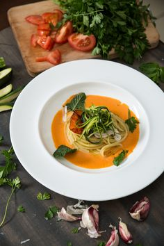 Crudo di calamaro e zucchine, spaghetti e un tocco di piccante nei pomodorini!