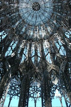 """""""Torre"""" (2009-2010), acier Corten découpé au laser - 1200 x 245 x 800 cm. Courtesy Studio Wim Delvoye et Galerie Emmanuel Perrotin. L'oeuvre qui accueillera les visiteurs de l'exposition dans la cour d'honneur."""