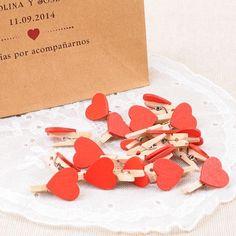 Mini pinzas de madera con corazones rojos