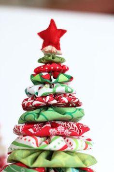 Cada año hacemos algún modelo nuevo de árbol de Navidad. Es un tema clásico que no puede faltar en ninguna casa y que admite montones de ver... Crochet Christmas Trees, Christmas Door, Christmas Holidays, Christmas Crafts, Christmas Decorations, Holiday Decor, Festive Crafts, Diy Weihnachten, Reno