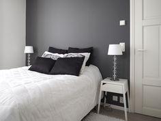 Sisustus ja Sepustus -blogin Soile maalasi makuuhuoneensa uuteen uskoon. Tummanharmaa tehosteseinä tuo näyttävyyttä tilaan ja täyshimmeä pinta viimeistelee tyylikkään lopputuloksen.