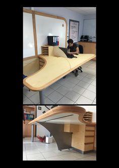 Cette table en frêne et merisier située dans une salle de cours a été réalisé par Pierrick Barcelo le Champagne, Compagnon menuisier du devoir, lors de son travail de réception (chef d'oeuvre) en 2015