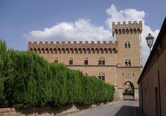 24 leuke minder bekende dorpjes in Europa - Bolgheri in Italie Oud dorpje tussen de wijngaarden in de Maremma in het zuiden van Toscane.