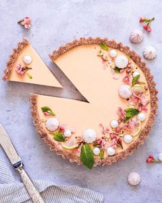 Vegan Apricot tart by @foodie.yuki 🧡 . (20cm tin) Almond crust  1 cup almonds, chopped  1/2 cup oats  1 tbsp almond butter  9 dates, pitted… Elegant Desserts, Raw Desserts, Vegan Gluten Free Desserts, No Bake Desserts, Delicious Desserts, Vegan Dessert Recipes, Healthy Recipes, Healthy Foods, Healthy Life