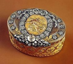 Snuffbox with a chased medallion Made by Johann Baltasar Gass St Petersburg Gold, silver, cut diamonds; chased, engraved and pounced: Bottle Box, Antique Boxes, Gold Box, Pretty Box, Jewellery Boxes, Royal Jewels, Jewel Box, Casket, Trinket Boxes