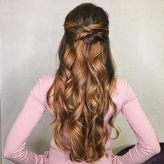 Half up half down wedding hairstyle #weddinghair #hairstyles #bridalhair