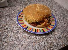 Meldung aus der Feldküche Nr.: 13  Killer Heartstopper-Burger  Zutaten für einen Burger:  250g reines Rinderhack 4 Streifen Bacon 1 Burgerbun 2 Scheiben Cheddar 3-4 Ringe Zwiebeln (frisch) BBQ-Sauce nach eigenem Geschmack oder eine andere Sauce. Öl und Butter zum anbraten Zubereitung:  Aus dem Hack zwei gleich schwere Patties formen und in die heiße Pfanne geben. Den Bacon hinzufügen und das Bun in einer zweiten Pfanne oder auf dem Toaster anrösten. Nach etwa 60 Sekunden die Patties wenden…
