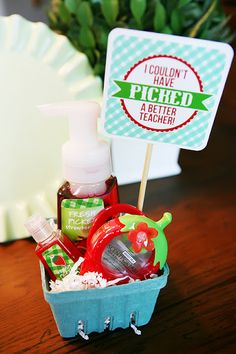 """Teacher Appreciation Gift- Bath and Body Works berry scented soaps etc. """"Thank you for being so BERRY good to me!"""" or """"Have a BERRY good summer! Craft Gifts, Diy Gifts, Cute Gifts, Best Teacher Gifts, Best Gifts, Teacher Presents, Teacher Treats, Little Presents, Berry Baskets"""