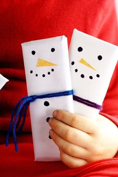 DIY Christmas Gift Idea.  Your friends, family, teachers, and neighbors will LOVE these fun, cheap, easy, and adorable Snowman Candy Bars DIY gift idea! And you'll love making them! So easy!